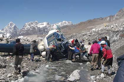 Rettungsaktionen: Helfer bargen die Verletzten aus dem Wrack, zwei Insassen starben