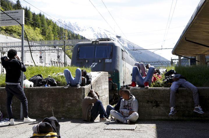 Flüchtlinge am Brenner-Bahnhof (Archivbild): Warten auf den nächsten Zug