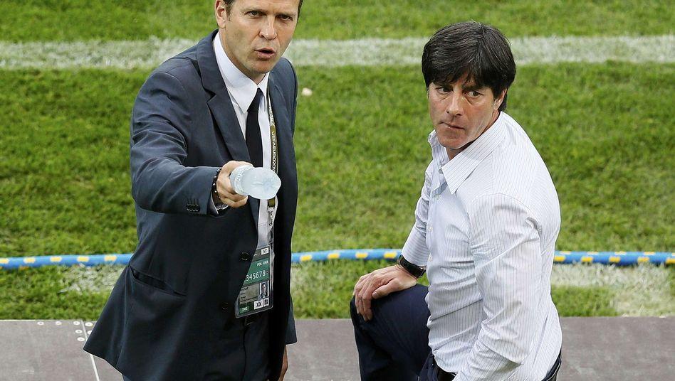 Bierhoff und Löw (r.): Höchste Konzentration vor Italien-Spiel