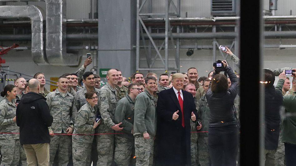 Lächeln mit dem Präsidenten: Über die US-Base in Ramstein werden fast alle militärischen Transporte in Richtung Irak oder Afghanistan abgewickelt