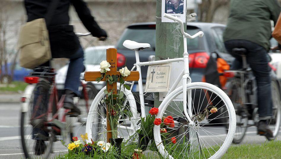 Ghostbike in Berlin zur Erinnerung an einen getöteten Radfahrer