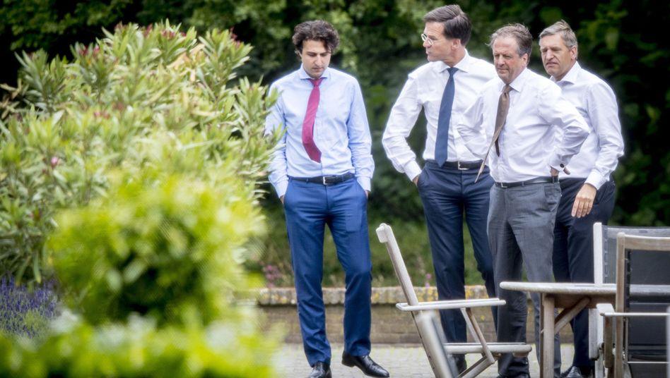 Vertreter der verhandelnden Parteien um Premier Mark Rutte (2. v.l.)