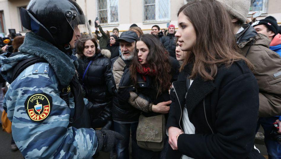 Pussy-Riot-Mitglieder demonstrieren wieder: Solidarität vor dem Moskauer Gericht