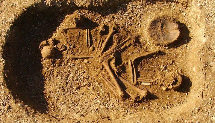 Doppelbestattung gegen Ende der Steinzeit mit Skeletten einer Frau und eines Mannes