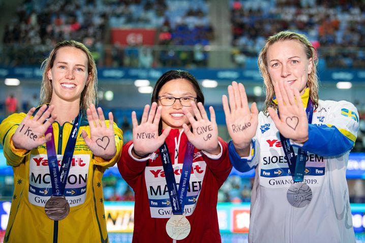 Emma McKeon, Margaret MacNeil und Sarah Sjöström mit den besten Genesungswünschen für Ikee. Über 100 Meter Schmetterling wäre die Japanerin bei der WM 2019 eine Kandidatin für Gold gewesen