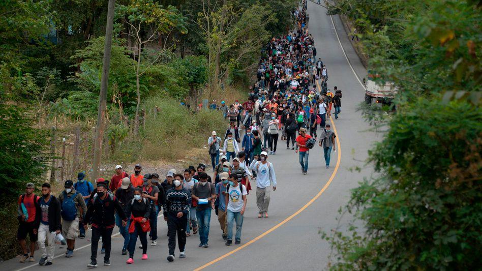 Ziel USA: Migranten aus Honduras entlang der Straße im guatemaltekischen Camotan