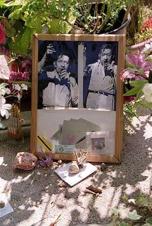 Wallfahrtsort für die Fans: Am Grab von Serge Gainsbourg auf dem Friedhof Montparnasse hinterlassen die Anhänger des Sängers unter anderem kleine Steine und Metrokarten