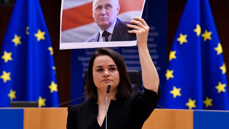 Tichanowskaja zeigt bei ihrer Rede in Brüssel ein Bild des belarussischen Oppositionspolitikers Mikalaj Statkewitsch