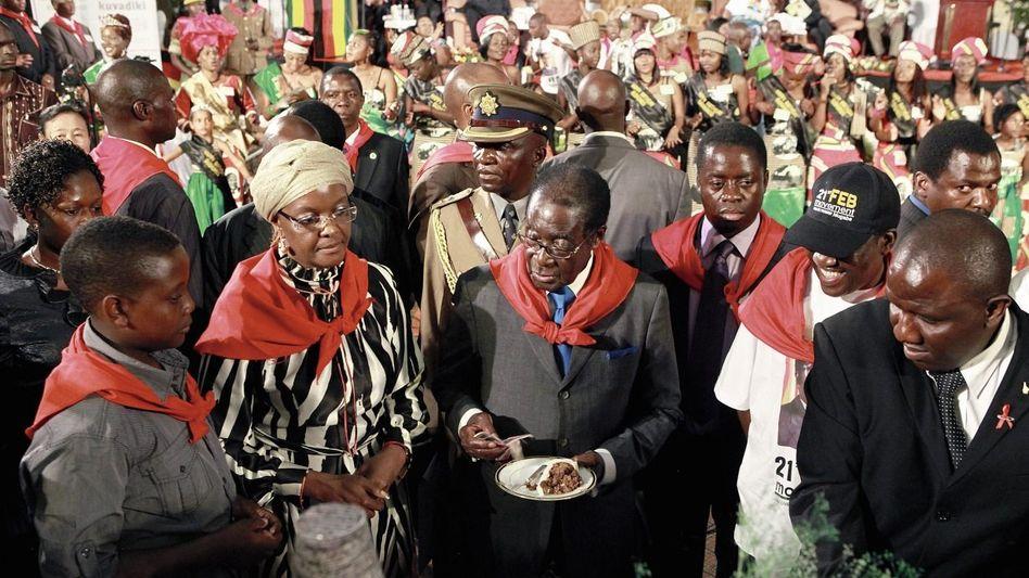 Mugabe (M.) bei seiner Geburtstagsfeier 2011