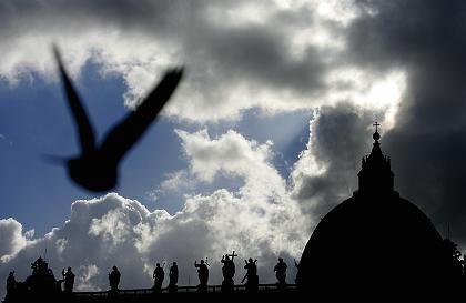 Taube vor dem Petersdom: Geheimniskrämerei, undurchschaubares Geschäftsgebahren, Nähe zum Faschismus