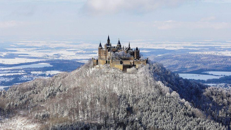 Stammsitz der Hohenzollern bei Hechingen:Auf der weißen Tischdecke liegt eine schmale Akte