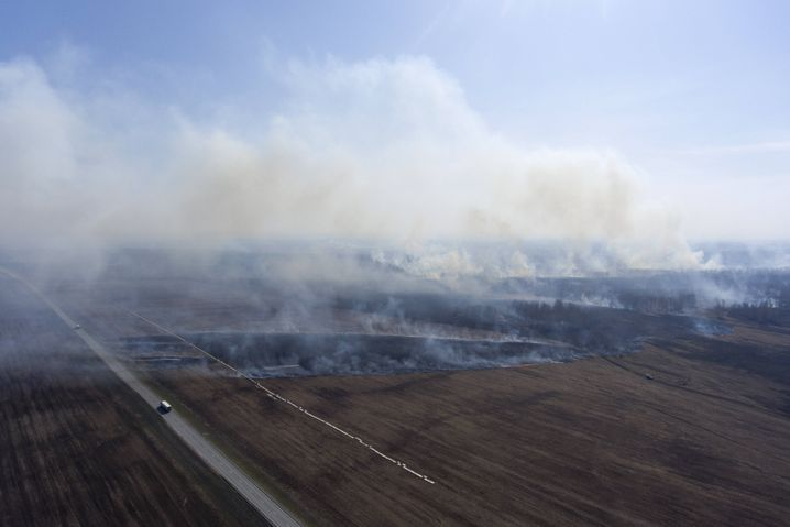 Feldbrand in Südsibirien im April: Wegen starker Winde außer Kontrolle