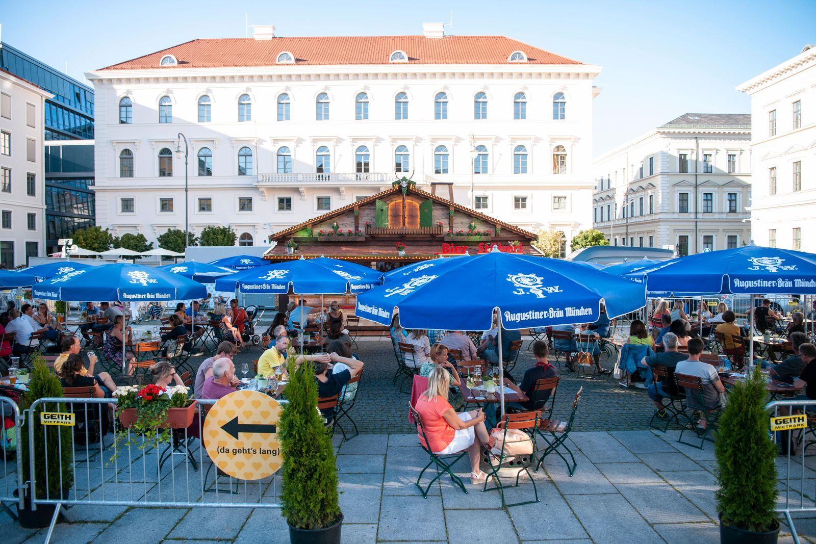 Muenchen, der Biergarten auf dem Wittelsbacher Platz-Sommer in der Stadt *** Munich, the beer garden on the Wittelsbache