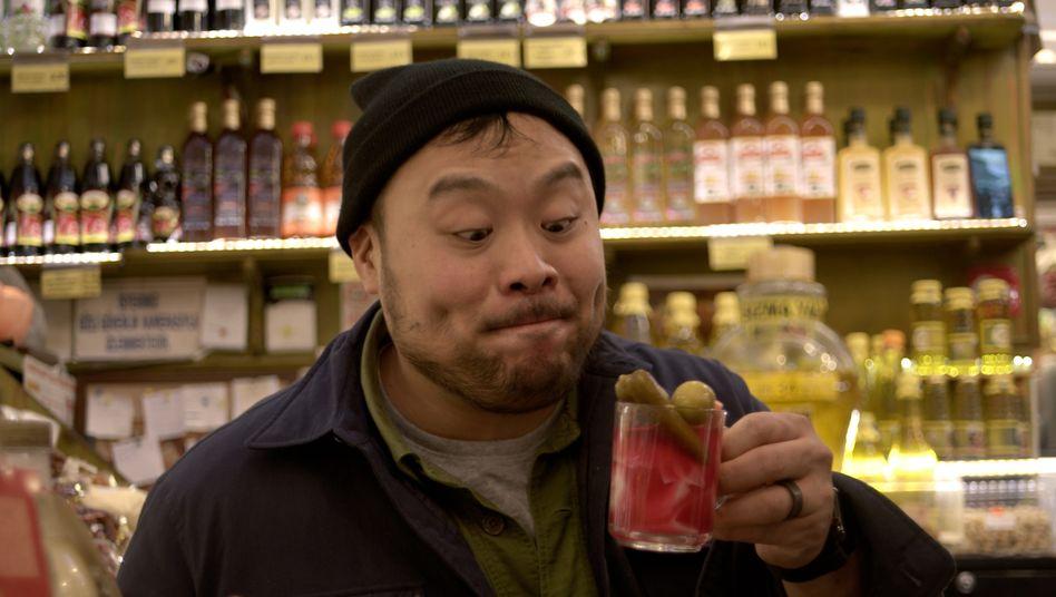 """Hagebuttentee mit Saure-Gurken-Topping? Egal, David Chand probiert in """"Ugly Delicious"""" munter drauflos"""