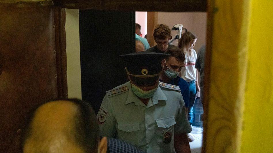 Polizisten in der Wohnung Maria Scholobowas