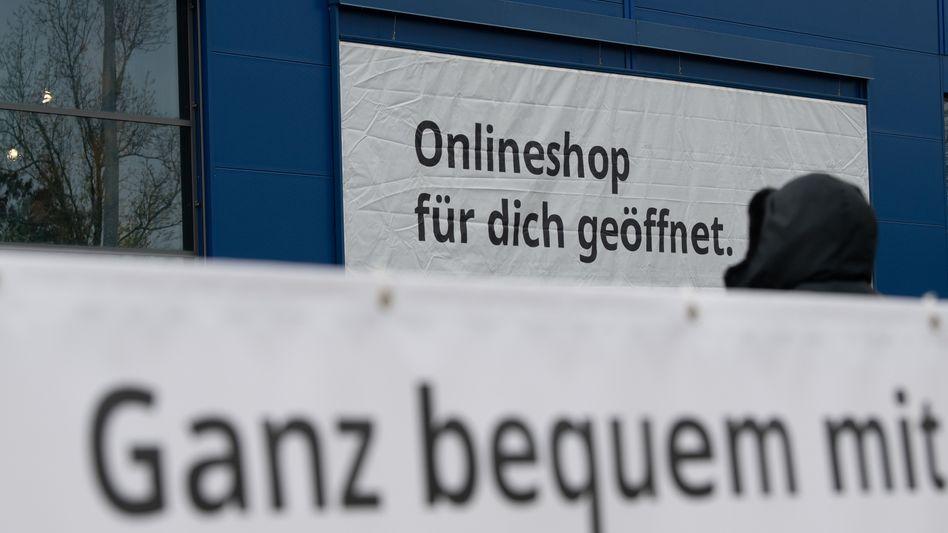 Reklame für die Abholung zuvor online gekaufter Ware bei einem Händler in Berlin-Schöneberg