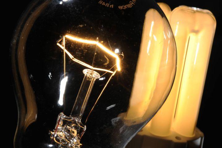 Uralt (links) gegen neu: Viele Menschen empfinden das Licht herkömmlicher Glühbirnen als wärmer. Probleme machen aber oft auch die Formen und Dimensionen neuer Leuchtmittel: Eineinhalb Jahrhunderte wurden Lampen und ihre Fassungen für die international standardisierten Glühbirnen-Größen entworfen. Mitunter passt das neue Leuchtmittel ganz einfach nicht hinein