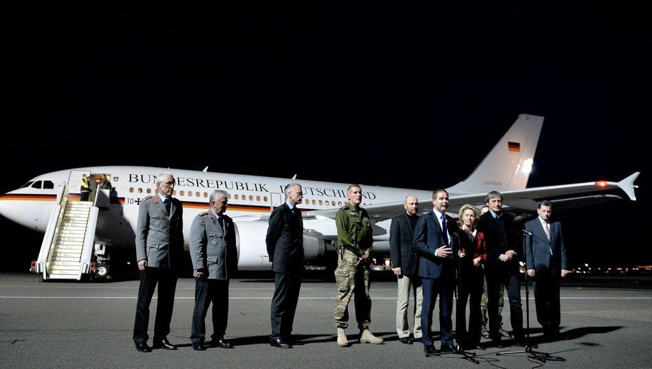 Politiker, Militärs und OSZE-Beobachter nach der Freilassung in Berlin: Erleichterung bei Ministerin von der Leyen