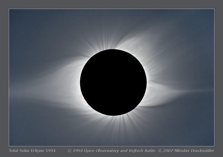Sonnenfinsternis: Auf der linken Seite ist ein großer Plasmastrom zu sehen