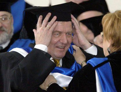 Ehrendoktor Schröder in St. Petersburg (April 2003): Man tauscht Doktorhüte