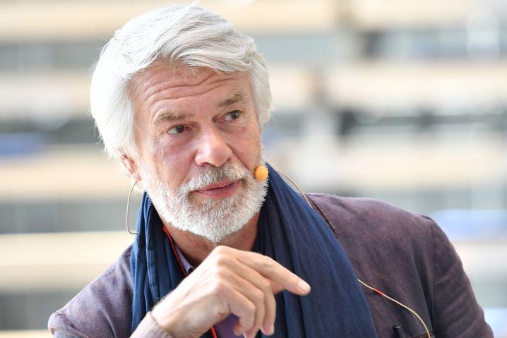 Volksbühnen-Intendant Chris Dercon bekam in Berlin kein Bein auf die Erde - wobei er oft genug auch sich selbst im Weg stand