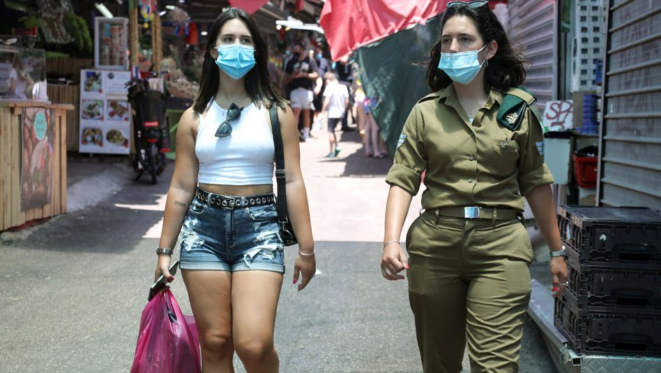 Spaziergänger in einem Markt in Tel Aviv