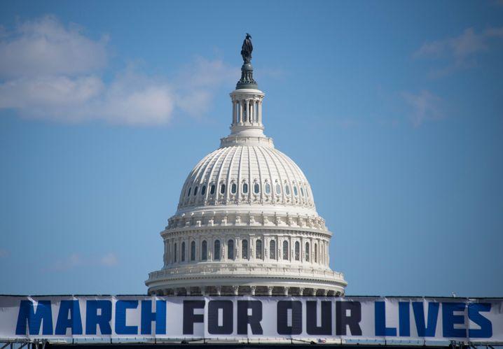 Banner vor dem Kapitol in Washington