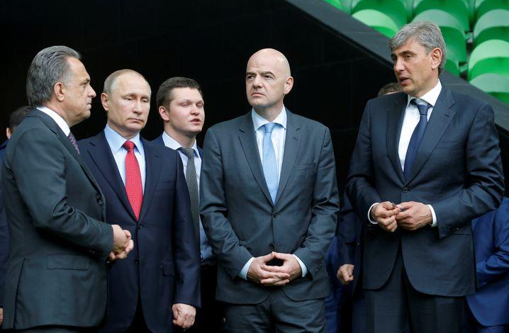 Wladimir Putin, ein Dolmetscher, Gianni Infantino, Unternehmer Sergej Galitsky