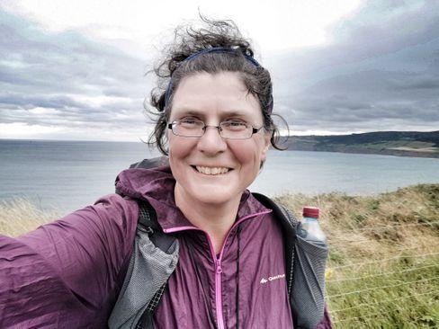 Christine Thürmer, 52, war erfolgreiche Firmensaniererin, bevor sie 2008 mit dem Langstreckenwandern anfing. Seitdem ist sie mehr als 45.000 Kilometer gelaufen, nebenbei paddelt sie und fährt Rad. Zurzeit verbringt sie ihre Reiseauszeit aufgrund von Corona in ihrer Wohnung in der Nähe von Berlin.