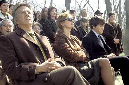 Keine Hochzeit und ein Todesfall: Die Eltern (Dustin Hoffman und Susan Sarandon, links) und der Verlobte (Jake Gyllenhaal, rechts) trauern