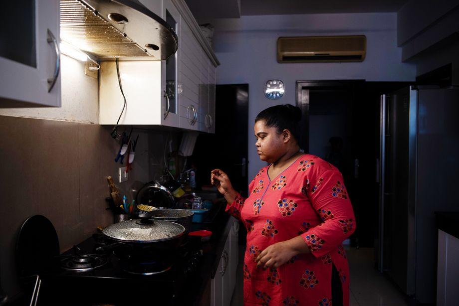 Köchin Suman bereitet das Abendessen vor