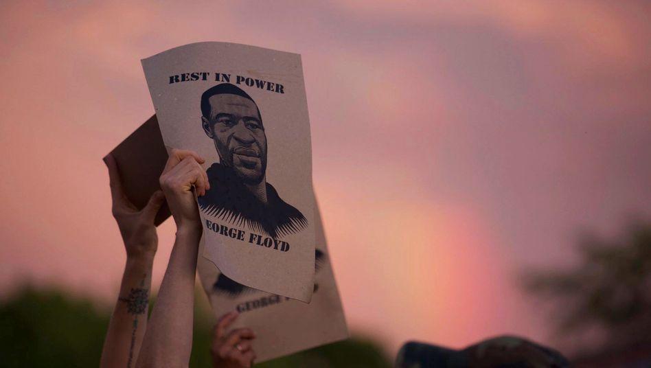 Protest in Minneapolis: Demonstranten halten das Porträt von George Floyd hoch