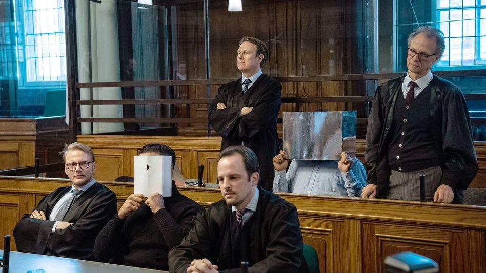Vor dem Landgericht: Zwei der Angeklagten sitzen zwischen ihren Verteidigern im Gerichtssaal