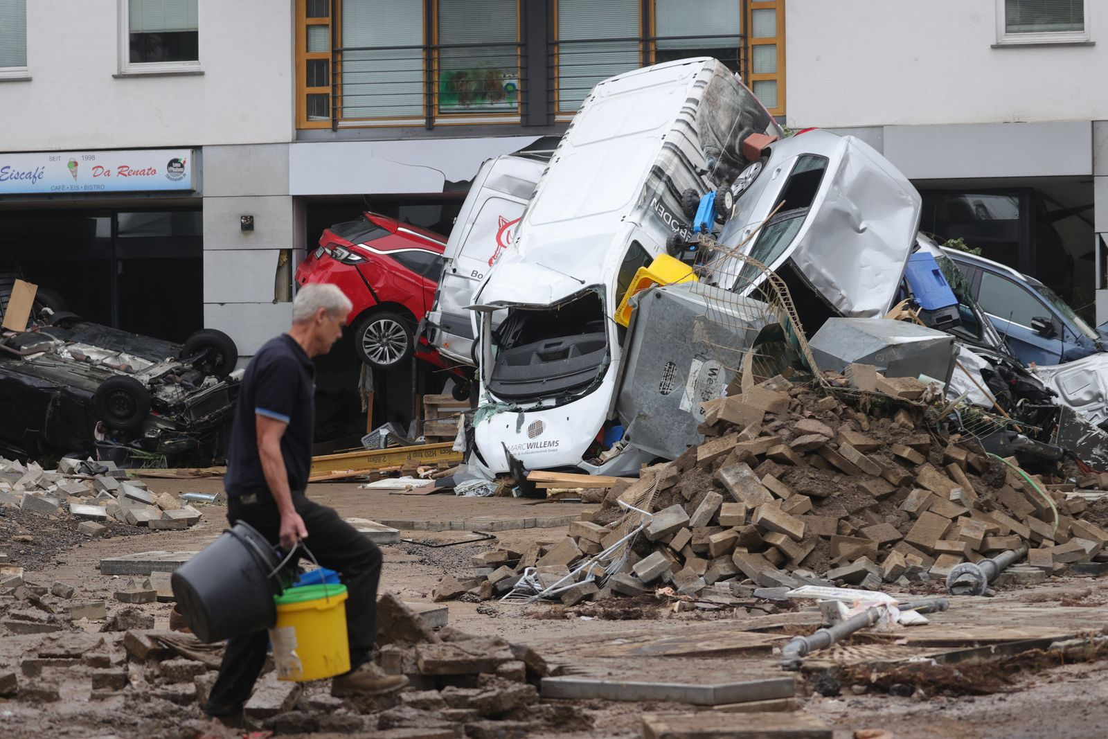 Thunderstorms with heavy rain flood parts of western Germany