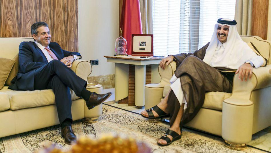 Sigmar Gabriel am 04. Juli 2017 in Doha (Katar) mit dem Emir des Staates Katar, Scheich Tamim bin Hamad bin Khalifa Al Thani Dohar: Der mächtigste Aktionär der Bank kommt aus Katar