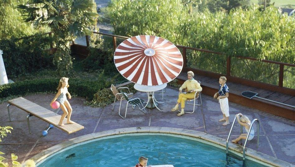Familie am Pool, Ort unbekannt, etwa 1959