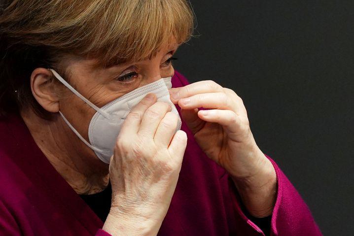 Kanzlerin Merkel im Bundestag mit Maske