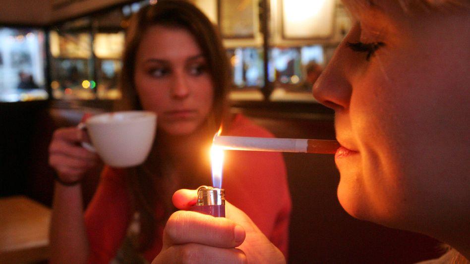 Rauchen im Lokal: Die Griechen dürfen die Glimmstängel nun wieder anzünden