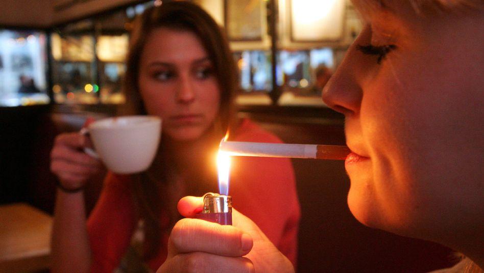Junge Raucherinnen (Archivbild): Überredet durch Werbebotschaften?