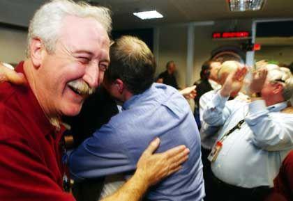 "Jubel nach der ""Spirit""-Landung: Nasa-Direktor Sean O'Keefe (l.) umarmt Chefwissenschaftler Steve Squyres"