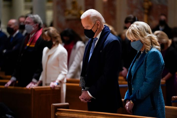 Modische Allzweckwaffe: Joe Biden in seinem dunkelblauen Anzug, neben seiner Frau Jill