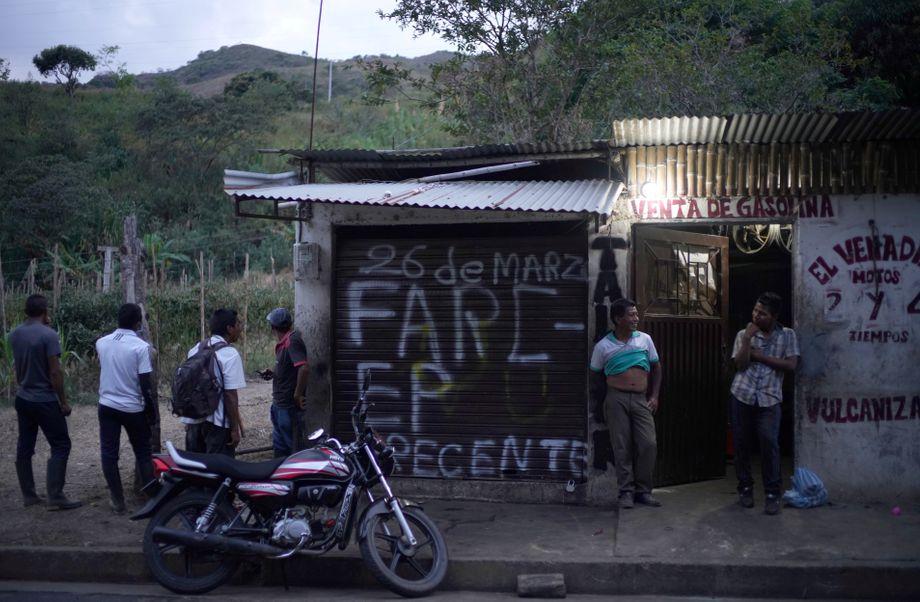 """Straße zwischen Toribió und El Palo: """"FARC-EP PRECENTE"""" - Die Farc ist überall"""