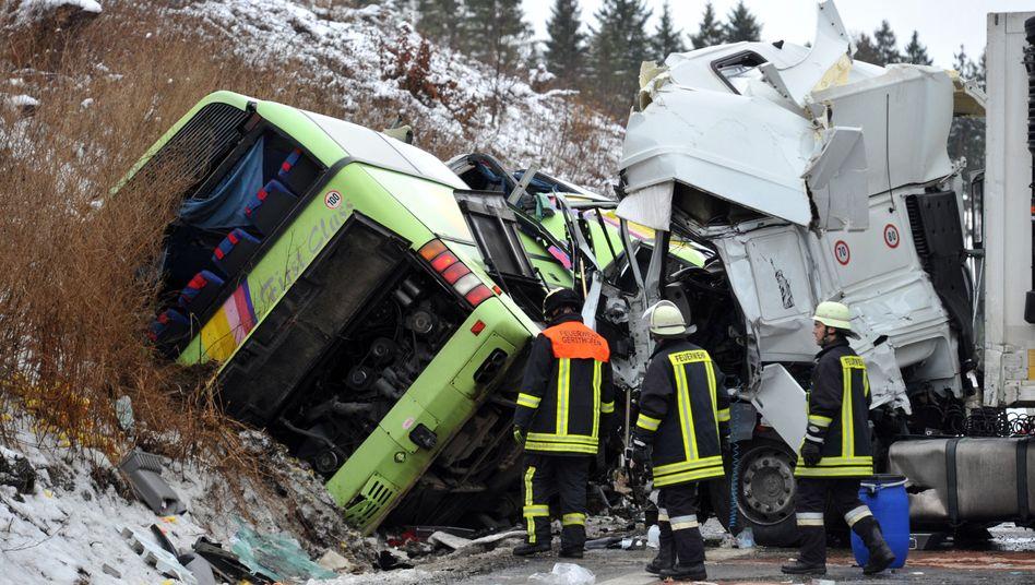 Glatteis-Alarm in Deutschland: Sattelschlepperrutscht auf A8in Reisebus