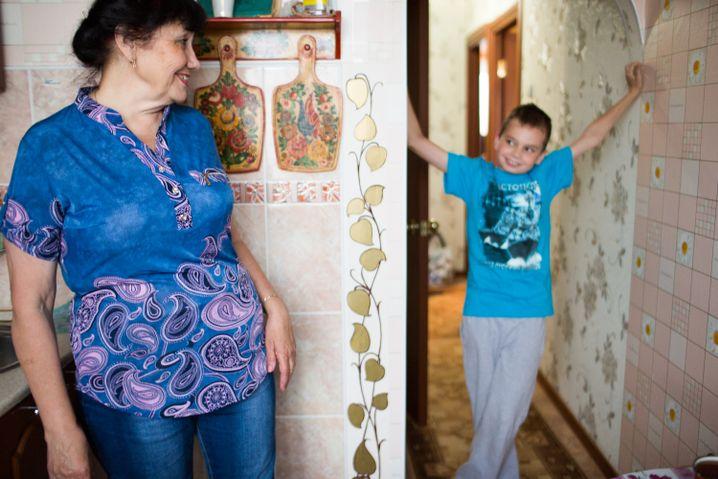 Mit ihrem Enkel Denis in der Küche