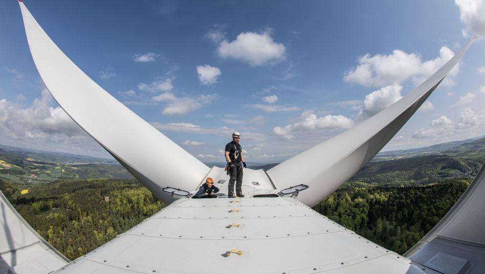 Arbeiter auf dem Maschinenhaus einer Windkraftanlage