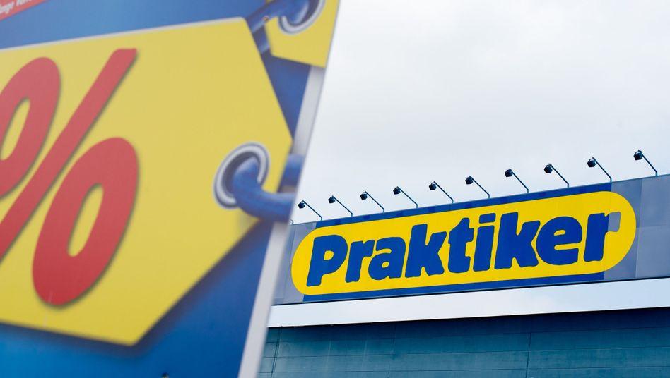 Eine Rabattzeichen vor Praktiker in Hannover: Ausverkauf in 130 Märkten
