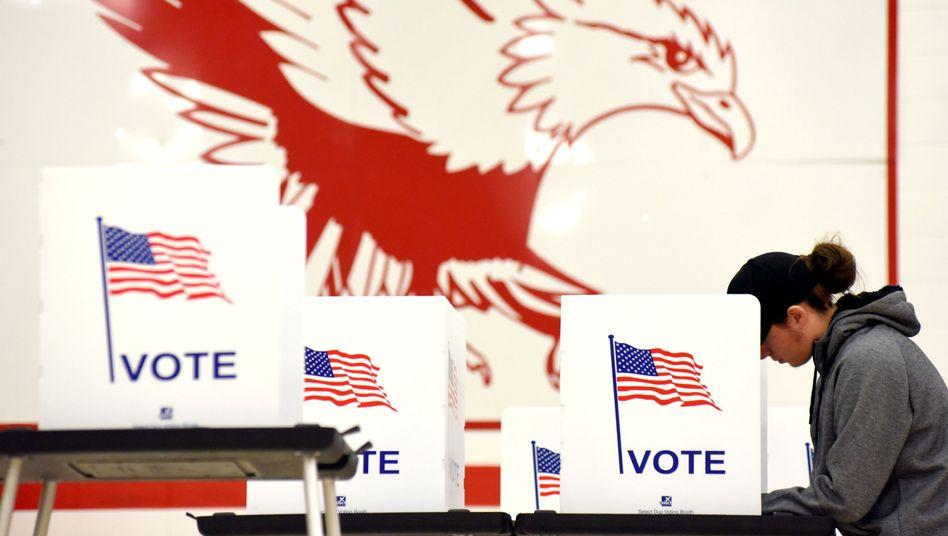 Eine Wählerin in einem Wahllokal in Madison im US-Bundesstaat Wisconsin