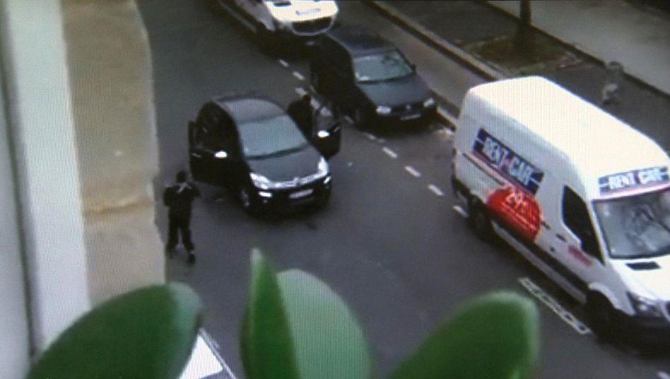 Mutmaßliche Täter von Paris (Video-Standbild): Nähe zu al-Qaida