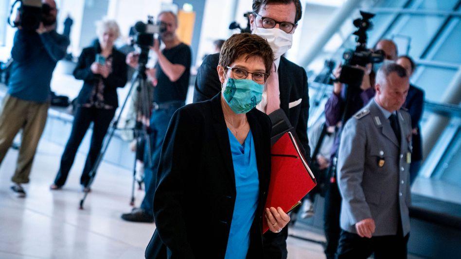 Verteidigungsministerin Kramp-Karrenbauer und ihr Berater Lange