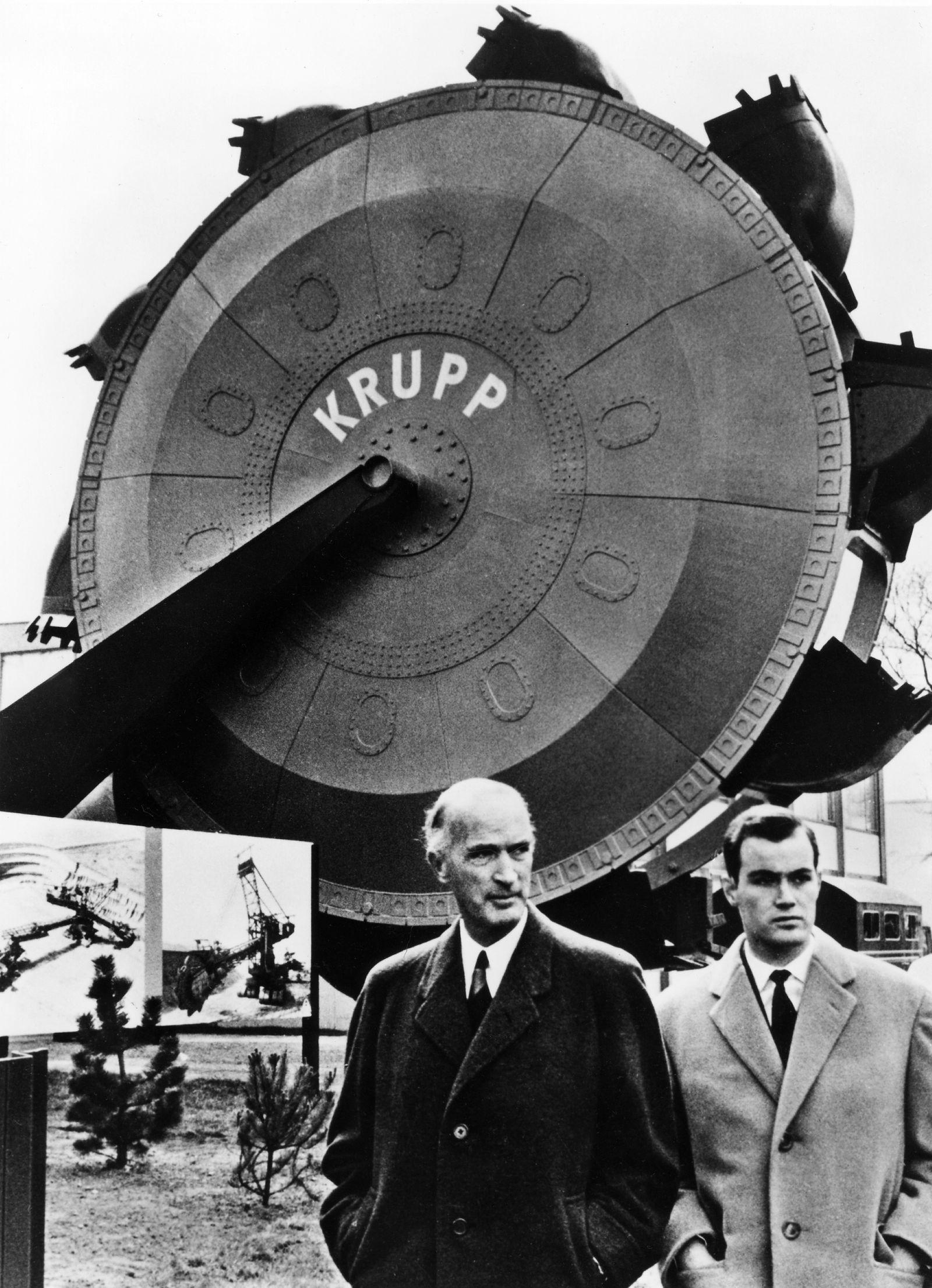 Alfried Krupp mit seinem Sohn aus erster Ehe, Arndt von Bohlen und Halbach